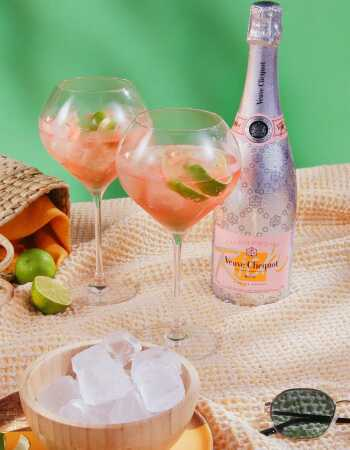 Veuve Clicquot Set : 2 verres à cocktail neutres 75 CL + 1 Rich Ice Rosé - 75 CL CHF 99,00 product_reduction_percent Veuve Cl...